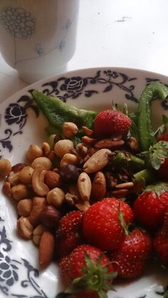 Healthy Snack: Bellpepper, mixed nuts and strawberries