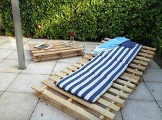 une chaise longue en bois de palettes
