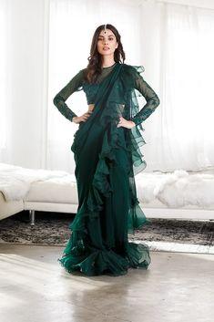 Party Wear Indian Dresses, Designer Party Wear Dresses, Indian Fashion Dresses, Indian Gowns Dresses, Dress Indian Style, Indian Designer Outfits, Indian Outfits, Stylish Sarees, Stylish Dresses
