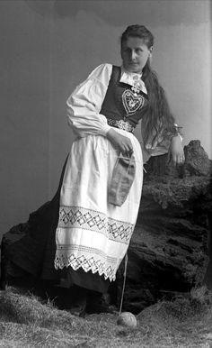 Portrett, kvinne i hardangerbunad. @ DigitaltMuseum.no Bridal Crown, Folklore, Norway, Pictures, Knitting, Art, Dresses, Photo Illustration, Photos