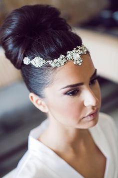 Love this wedding hair and hair jewelry!