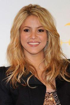 Shakira perfectly rocks a warmed up honey hue. Square Face Hairstyles, Cool Hairstyles, Shakira Hair, Epic Hair, Sweeping Bangs, Honey Blonde Hair, Hair Locks, Hot Hair Styles, Square Faces