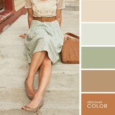 Chica usando una falda de color verde menta, blusa de color marfil y zapatos de color café