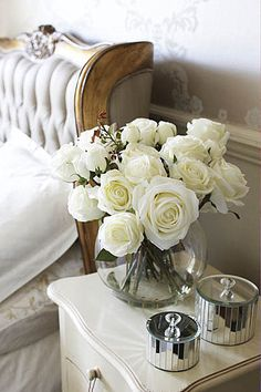 A Bouquet Of White Roses In Beautiful Surroundings. Non Plus Ultra, Cozy Nook, Cozy Bedroom, Master Bedroom, Bedroom Wardrobe, Guest Bedrooms, Rose Cottage, Shabby Vintage, Shabby Chic