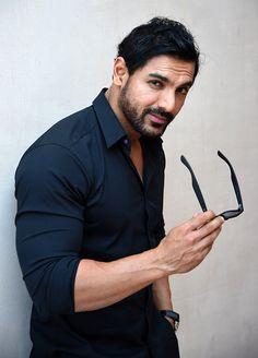 John Abraham (17 de diciembre de 1972, Bombay, India) es un actor indio, protagonista de las películas Dhoom (2004) y Agua (2005).     Biog...