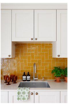 Home Decor Kitchen, Interior Design Kitchen, New Kitchen, Home Kitchens, Interior Design Yellow, Farmhouse Kitchens, Island Kitchen, Kitchen Modern, Minimalist Kitchen