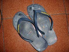 Sandálias havaianas com temática pac-man.