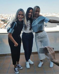 Lisa and Lena with a fan in Madrid Siblings, Twins, Lisa Or Lena, Chill Outfits, Partners In Crime, Friends In Love, Besties, Dream Catcher, Sydney