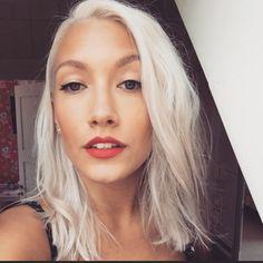 Grått hår vitt hår white hair pinup short hair kort hår grey hair red lips make up fancy make up fancy hair