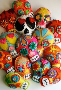 crafts plush sugar skull handmade dia de los muertos day of the dead felt sugar skulls softie Mexican folk art Kids Crafts, Craft Projects, Sewing Projects, Arts And Crafts, Crafts With Felt, Felt Projects, Mexican Folk Art, Mexican Skulls, Mexican Crafts