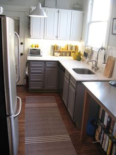 small space kitchen- white on top, grey on bottom...maybe i'd put a dark green on the bottom....