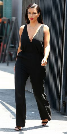 Kim Kardashian is minimalist chic in an all black jumpsuit, black strappy heels & red lips! Estilo Kardashian, Looks Kim Kardashian, Kardashian Style, Kim Kardashian Black Dress, Kardashian Photos, Kourtney Kardashian, Passion For Fashion, Love Fashion, Fashion Outfits