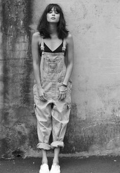 denim overalls ie dungarees Style Outfits, Mode Outfits, Style Californien, Look Fashion, Fashion Beauty, Female Fashion, Essentiels Mode, Salopette Jeans, Look Retro