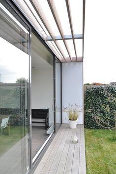 Moderne uitbreiding woning Spanbroek:  Terras door Nico Dekker Ontwerp & Bouwkunde