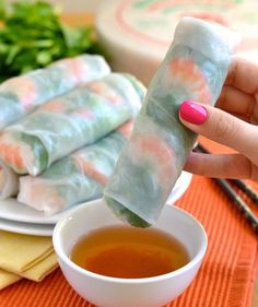 How to Make Vietnamese Fresh Spring Rolls - Step by Step Great recipe! I love Vietnamese salad rolls! Super healthy and only around 100 kcal per roll ^_^ friendly on the waistline Vietnamese Salad Rolls, Vietnamese Fresh Spring Rolls, Vietnamese Food, Asian Appetizers, Party Appetizers, Healthy Snacks, Healthy Recipes, Delicious Snacks, Healthy Eating