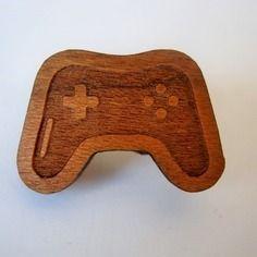 Petite broche manette console de jeux playstation pour enfants, geeks, gamer, en bois de cerisier. fait main en france