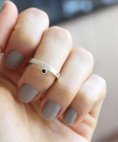 Anel com ônix delicadamente colocada na lateral do aro. Joia feita à mão em prata 960. Handmade Rings, Handmade Jewelry, Metal Jewelry, Piercing, Fashion Jewelry, Metals, Beauty, Jewellery, Silver Bands