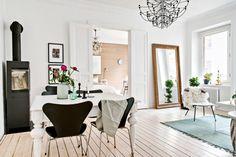 W stylu skandynawskim, kominek wolnostojący w salonie - Wnętrze - Zainspiruj się z Foorni.pl