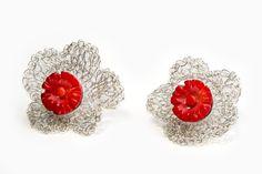 Brincos em malha de prata em forma de flor com coral vermelho. Knitted silver earrings with flowers in red coral. http://www.marcocruzjoalheiro.com/