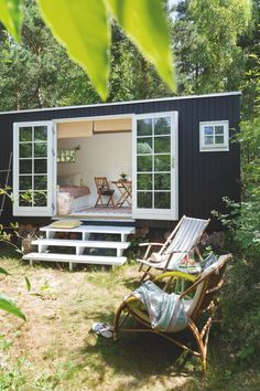 Kom med indenfor i denne magiske sommerhule på hjul, hvor 15 Tiny House Cabin, Tiny House Living, Tiny House Design, Modern Tiny House, Living Room, Cosy Cottage, Garden Cottage, Summer House Garden, Container House Plans