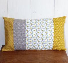 Housse de coussin patchwork 30 x 50 cm Tissus imprimés géométriques gris, rose, jaune moutarde ... : Textiles et tapis par zig-et-zag
