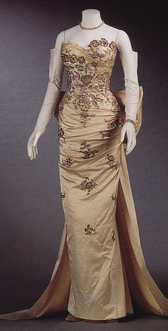 1955 Ivory Satin Embroidered with Gold Bouillion, Beads, Sequins, Crystal Rhinestones, and Gold Paillettes by Balmain (Maison Lesage Embroidery). Fashion Mode, 1950s Fashion, Look Fashion, Timeless Fashion, Vintage Fashion, Vintage Outfits, Vintage Gowns, Vintage Mode, Vintage Clothing