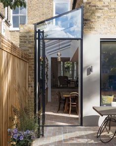 Image 24 of 37 from gallery of Gallery House / Neil Dusheiko Architects. Photograph by Tim Crocker Image 24 of 37 from gallery of Gallery House / Neil Dusheiko Architects. Photograph by Tim Crocker House Extension Design, Glass Extension, Extension Designs, House Design, Wall Design, Extension Ideas, Terraced House, Victorian Terrace House, Victorian Homes
