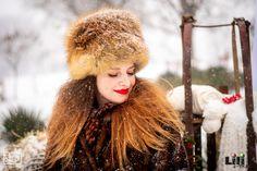 Ilyen, amikor a sminked és a dekoráció előre össze van hangolva! A pici apró, visszatérő  részletek, mint a vörös szín a rúzsodban és a bogyókban lehet fel sem tűnnek másoknak. De a harmónia  érzetét keltik tudat alatt is.  Modell: Pölös Viktória Smink: Gila Olga Gila, Winter Hats, Fashion, Moda, Fashion Styles, Fashion Illustrations