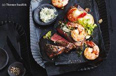 Hüferlsteak und Garnelen mit Zitronen-Kapern-Butter Steaks, Grill Pan, Tandoori Chicken, Grilling, Butter, Ethnic Recipes, Food, Schnitzel Recipes, Meat