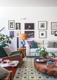 """A sala de estar com """"tapete"""" de ladrilhos hidráulicos. Na decoração, móveis de design assinado como a poltrona Asturias de Carlos Motta."""