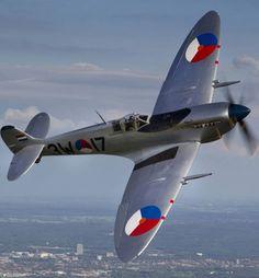 Oostwold Airshow – Vliegshow    Defensiedagen.nl Aircraft Propeller, Ww2 Aircraft, Spitfire Airplane, Gloster Meteor, Military Flights, Supermarine Spitfire, Battle Of Britain, Vintage Airplanes, Air Show