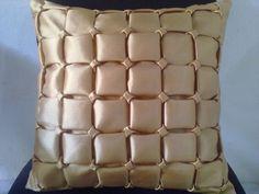 capa de almofada em tafetá. Pode ser feita em outras cores.