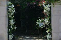 ユリの階段とエントランス シェ松尾松濤レストランさまへの装花 : 一会 ウエディングの花