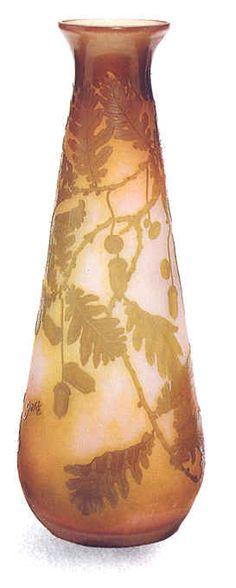 Emile Gallé  Vase en verre camée   aux motifs de feuilles de chêne et glands  1900