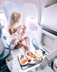 Reisen Sie in einer Business Class - just luxux Travel Goals, Travel Style, Travel Plane, Girl Travel, Atriz Margot Robbie, Rich Girls, First Class Flights, Luxury Lifestyle Women, Boujee Lifestyle