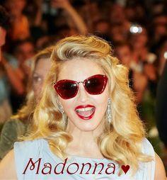 A superstar Madonna também é fã do modelo Noir da Miu Miu! Quer arrasar por onde passa? Vá de glitter! #luxo #oculos #de #sol #miumiu #modasolar