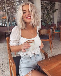 Coconut milk lattes are my new fav 🥥☕️🤤 Wearing Tobi 🌴 – Women's Online Fashion Retailer 😘 Source by - Cute Summer Outfits, Cute Outfits, Petite Blonde, Laura Jade Stone, Short Blonde, Short Platinum Blonde Hair, Look Vintage, Shoulder Length Hair, Looks Style