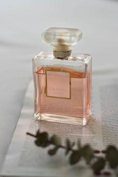 Cream Aesthetic, Boujee Aesthetic, Perfume Scents, Perfume Bottles, Bandeja Perfume, Parfum Victoria's Secret, Catty Noir, Estilo Blogger, Chanel Perfume