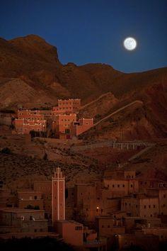 Kasbah sob a luz da lua crescente no Marrocos.  Fotografia: Gilad Benari.  http://amazingplacespics.com/africa/kasbah-of-the-rising-moon-morocco