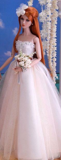 Estou hoje postando lindas bonecas vestidas de Noivas. Serve como inspiração!