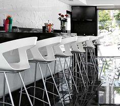 Taburete alto de plástico IBIS para hostelería - Banqueta moderna para terrazas - Ingenia Contract