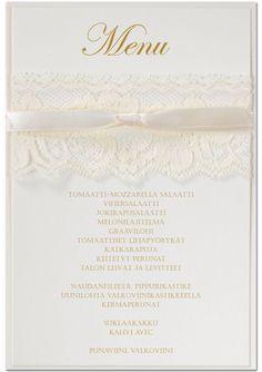 Pitsiunelma on romanttisen elegantti, ehkä joillekin jopa hiukan country-henkinen, kutsukortti, jota voitte käyttää joko vaaka- tai pystykorttina. Pitsiunelma-kutsut sopivat loistavasti myös esim. maalaisromanttiseen kattaukseen menukorteiksi tuomaan countryhenkeä pöytiin. Via Calligraphen http://shop.calligraphen.fi/fi/artiklar/pitsiunelma-vanilja-2.html