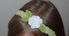 Hallo zusammen! Heute habe ich mir endlich einmal die Zeit genommen, eine bebilderte Anleitung für diese Art Haarband zu erstellen:        A...