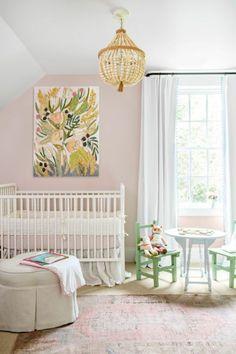 Vintage kinderzimmer idee rosa sessel und viele spielzeuge im babyzimmer kuscheltiere und wanddeko bilder Tolle Kinderzimmer Designs Pinterest