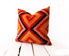 -Hueen ship in 1-2 business day -- -- 4 - 6 Working day delivery throughout the WORLD-- Kilim Pillow Cover Vintage,Boho,Ethnic,Antique Handmade Home Decor -Size: 40cm x 40cm / 16'' x 16'' approx. -Made of Hand Woven Kilim -The back side is natural color cotton fabric and hidden zipper. -The listing is the PILLOW COVER ONLY. -Care: Dry cleaning only. I try to show the unique colors and textures of each fabric as accurately as possible. Please note that colors may vary slightly on different…