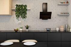 Nowoczesna kuchnia wykończona drewnem, betonem architektonicznym i drewnianymi elementami z czarnym okapem skośnym GLOBALO Diwergo