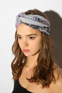 Loving this Mini Turban Scarf Style. I am Obsessed with Scarves , Especially for Bad Hair Days. Tie it up in the Middle of yr Head with equal length both sides into a knot, then twist tie at back of head Tuck in Travel Hairstyles, Scarf Hairstyles, Braided Hairstyles, How To Wear Headbands, How To Wear Scarves, Thick Headbands, Bad Hair Day, Diy Head Scarf, Head Scarfs