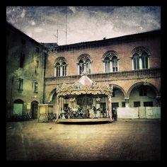 Ferrara, la giostra in piazza Municipale - Instagram by gaialodovica