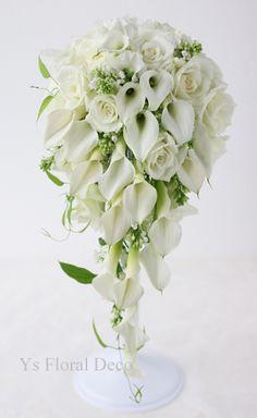 すっとしたラインのカラーのお花は、変わらぬ人気。カラーをメインにお作りしましたのキャスケードブーケ、帝国ホテルさんで挙式の新婦さんのためお作りしました。緑...