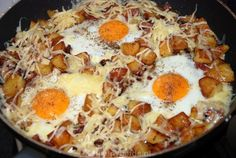 Baked potatoes with bacon and eggs Vegetarian Recipes, Cooking Recipes, Healthy Recipes, Good Food, Yummy Food, Tasty, Bacon, Budget Meals, Potato Recipes